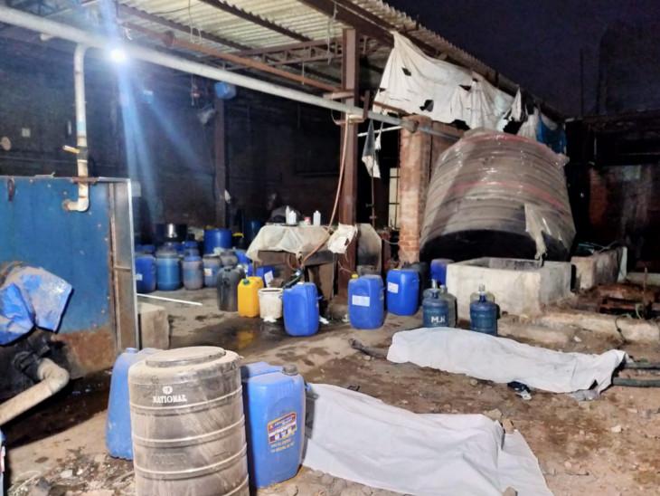 પીપળજ-પીરાણા રોડ પર ફેક્ટરીની ટાંકી સાફ કરવા ઉતરેલા બે કામદારનાં ગૂંગળામણને કારણે મોત, FSLની ટીમે તપાસ હાથ ધરી|અમદાવાદ,Ahmedabad - Divya Bhaskar