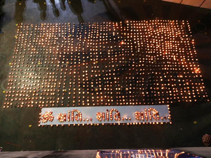 કોરોનાને લીધે મૃત્યુ પામેલાને 2 હજાર દીવાથી ભાસ્કરની વિનમ્ર શ્રદ્ધાંજલિ, અમદાવાદ શહેરમાં પહેલીવાર કોઈ ઘટનામાં 2 હજાર લોકોના મૃત્યુ થયા અમદાવાદ,Ahmedabad - Divya Bhaskar