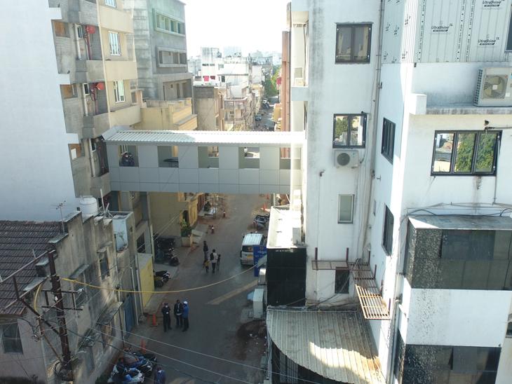 ગોકુલ હોસ્પિટલે શેરી ઉપર  પુલ બનાવ્યો - Divya Bhaskar