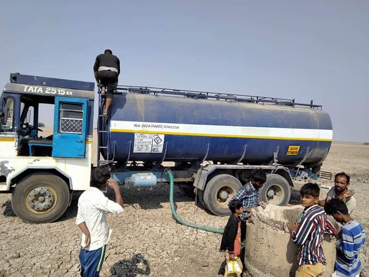ટેન્કરથી આવતા પાણીનો સંગ્રહ કરવામાં આવે છે