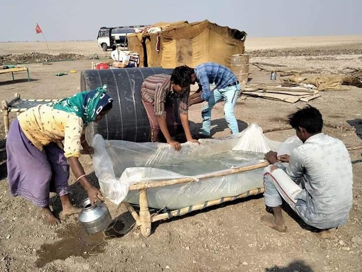 પછાત અગરિયા પરિવારોને હાલમાં વેરાન રણમાં ખાટલાને પ્લાસ્ટિક બાંધી બ્રિટિશ વખતની તૂટેલી જમીનની અંદરની અડધી ટાંકીમાં કે પ્લાસ્ટિક પાથરી ખાડામાં પાણી ભરી રાખે છે - Divya Bhaskar