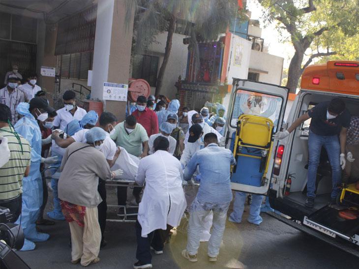 મોકડ્રીલ અંતર્ગત રેસ્ક્યુ ટીમ ત્રીજા માળથી દર્દીને બચાવી નીચે લાવી હતી - Divya Bhaskar