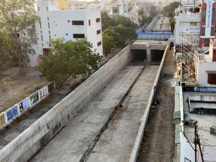 અન્ડરબ્રિજ નિર્માણની કામગીરી હાલ ચાલી રહી છે. - Divya Bhaskar