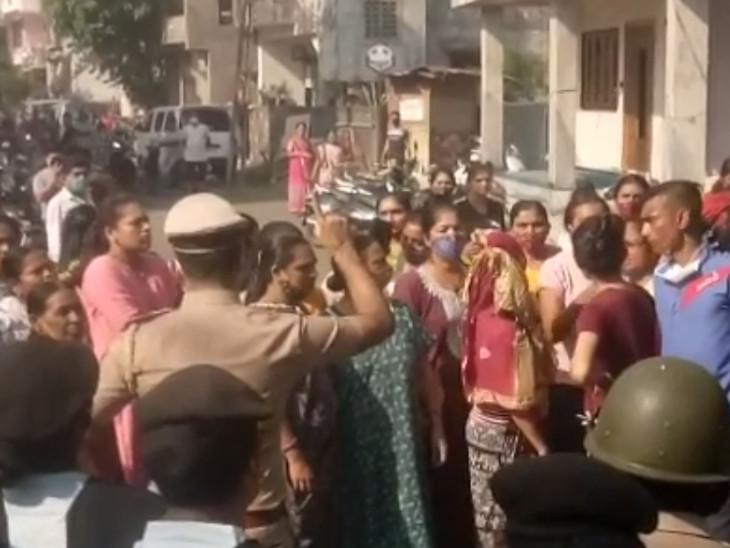 સુરતના પાલ-ઉમરા બ્રિજમાં નડતર રૂપ મકાનનું ડિમોલેશન થતાં અસરગ્રસ્તોએ વિરોધ કરતાં પોલીસ કાફલો ગોઠવાયો સુરત,Surat - Divya Bhaskar