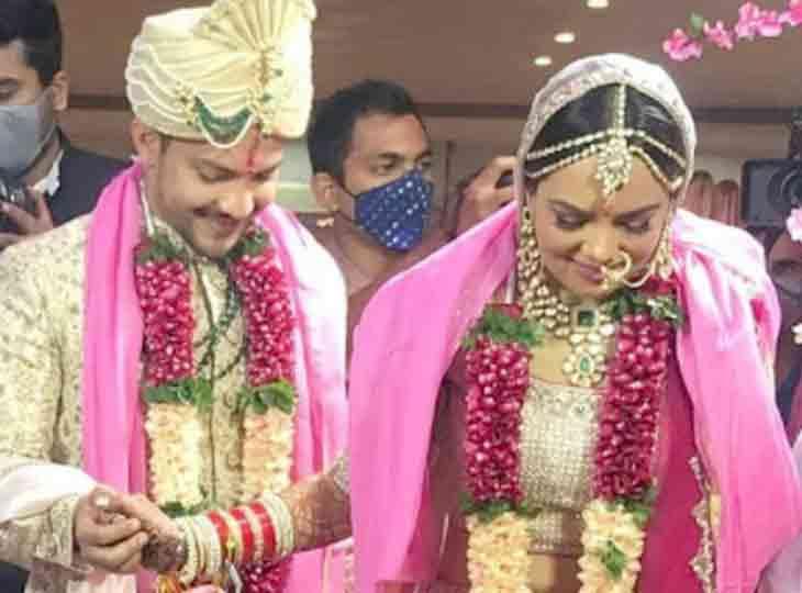 આદિત્ય-શ્વેતાનાં લગ્ન સંપન્ન, ટ્રાફિક સિગ્નલ પર કિન્નરોએ વરરાજાની ગાડી રોકીને 500-500ની કડકડતી નોટો કઢાવી બોલિવૂડ,Bollywood - Divya Bhaskar