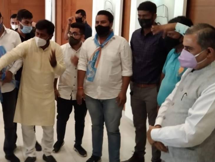 ગુજરાત યુનિવર્સિટીમાં વિદ્યાર્થીઓની સ્કોલરશીપ અને ફી માફી અંગે NSUI દ્વારા ઉપકુલપતિને રજુઆત કરાઈ અમદાવાદ,Ahmedabad - Divya Bhaskar