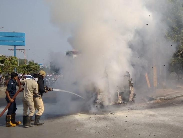 નાના વરાછામાં પંપ પર ગેસ રિફીલીંગ બાદ રિક્ષામાં આગ, ચાલકની સમયસુચકતાથી મોટી દુર્ઘટના ટળી|સુરત,Surat - Divya Bhaskar