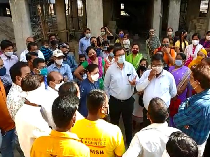 સુરતના વેસુમાં પ્રધાનમંત્રી આવાસ યોજનાના 660 ફ્લેટ ધારકોને કબ્જો ન સોંપવામાં આવતાં રોષ, પાલિકાના અધિકારીઓની સ્થળ મુલાકાત|સુરત,Surat - Divya Bhaskar