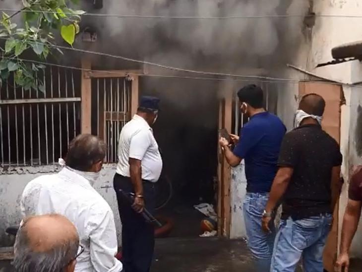 વાડી વિસ્તારની વચલી પોળના મકાનમાં આગ લાગતા ઘરવખરી બળીને ખાખ થઈ
