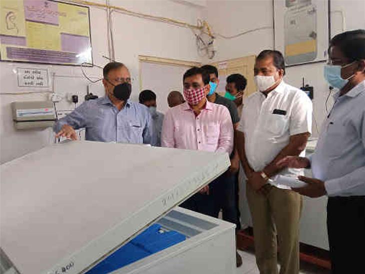 સુરતમાં મેયર સહિતની ટીમે વેક્સિનેશ ડેપોની મુલાકાત લીધી, કુલ 6995 લિ.ની સ્ટોરેજ ક્ષમતા|સુરત,Surat - Divya Bhaskar