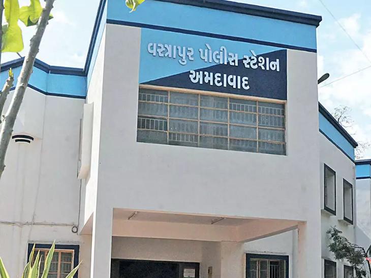 માસ્કનો મેમો ભરવા આવેલા યુવક પાસે રિવોલ્વર જોઈ લાયસન્સ માગતા નકલી પોલીસ હોવાનો ભાંડો ફૂટ્યો, વસ્ત્રાપુર પોલીસે ધરપકડ કરી અમદાવાદ,Ahmedabad - Divya Bhaskar