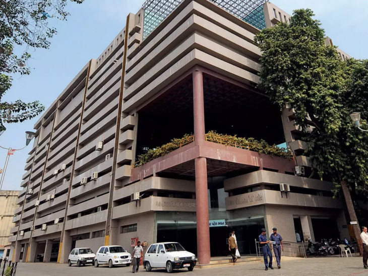 1.5 કરોડના 10 ટકા લાંચ માગવા બદલ અમદાવાદના ડેપ્યૂટી હેલ્થ ઓફિસર ડો. અરવિંદ પટેલ સસ્પેન્ડ, મ્યુનિ. કમિશનર મુકેશ કુમારે સસ્પેન્ડ કર્યાં અમદાવાદ,Ahmedabad - Divya Bhaskar
