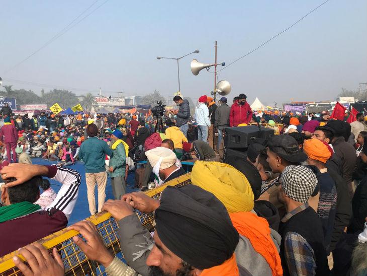 આજે આખા ભારતમાં રસ્તાઓ લગભગ સૂમસામ નજરે પડી રહ્યા છે, જ્યારે સિંઘુ બોર્ડર પરના રસ્તે પગ મૂકવાની જગ્યા નથી.
