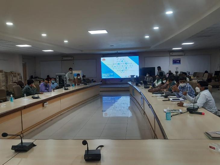 રાજકોટ જિલ્લામાં પ્રથમ તબક્કે 4થી 5 લાખ લોકોને કોરોના રસી અપાશે, કાલથી 1 હજારની ટીમનો ડોર ટુ ડોર સર્વે, રસી મૂકવા 500 કર્મચારીને તૈયાર કરવામાં આવશે રાજકોટ,Rajkot - Divya Bhaskar
