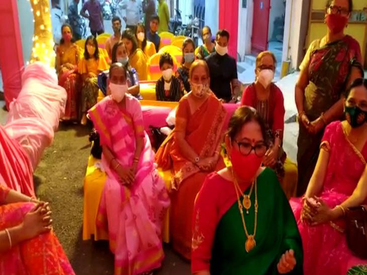 રાજકોટમાં લગ્નસરામાં કોરોના કાળ વચ્ચે જૂની પરંપરા યાદ આવી, હોટલ પાર્ટી પ્લોટ ભૂલી લોકો ઘર આંગણે જ લગ્ન-પ્રસંગ કરવાનું પસંદ કરી રહ્યાં છે રાજકોટ,Rajkot - Divya Bhaskar