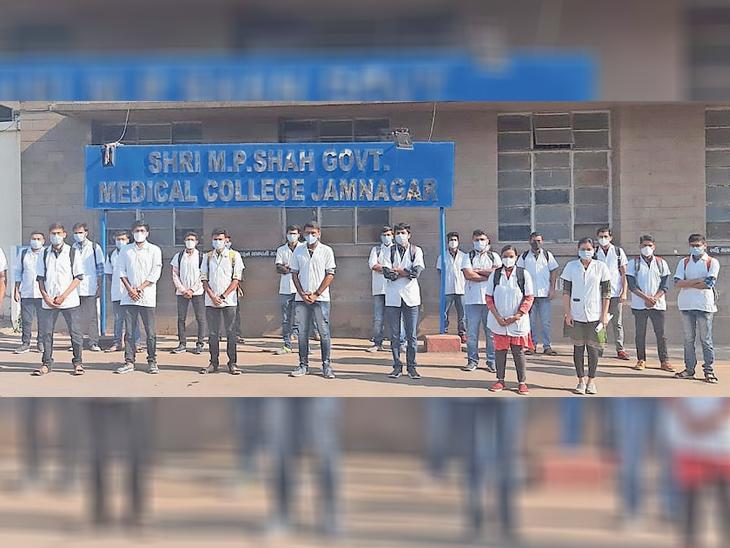 જામનગરની મેડિકલ કોલેજ ખાતે ઇન્ટર્ન તબીબોએ સ્ટાઇપેન્ડના મુદ્દે દેખાવ કર્યા|જામનગર,Jamnagar - Divya Bhaskar