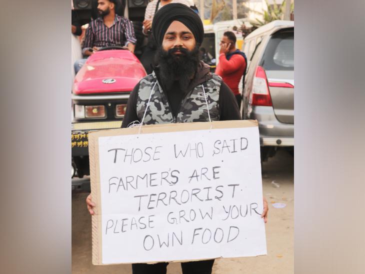 પ્રદર્શનકારોનું કહેવું છે કે જેમને લાગે છે ખેડૂત આતંકવાદી છે તો તેઓ પોતાનું અનાજ જાતે જ વાવે.