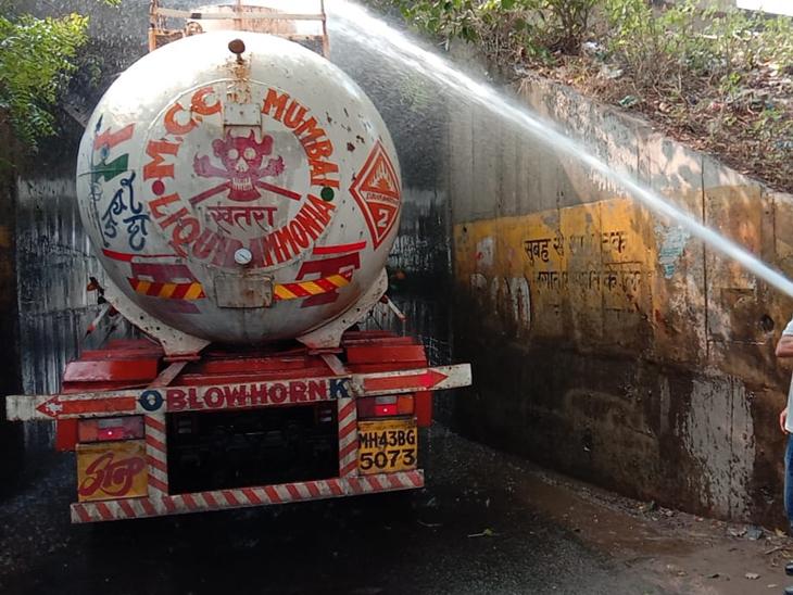 સામરખા નજીક અમદાવાદ બરોડા એક્સપ્રેસ હાઇવેના ગરનાળામાં ટેન્કર ફસાતા ગેસ લિકેજ થયો, આણંદ ફાયરબ્રિગેડે મોટી હોનારત અટકાવી|આણંદ,Anand - Divya Bhaskar