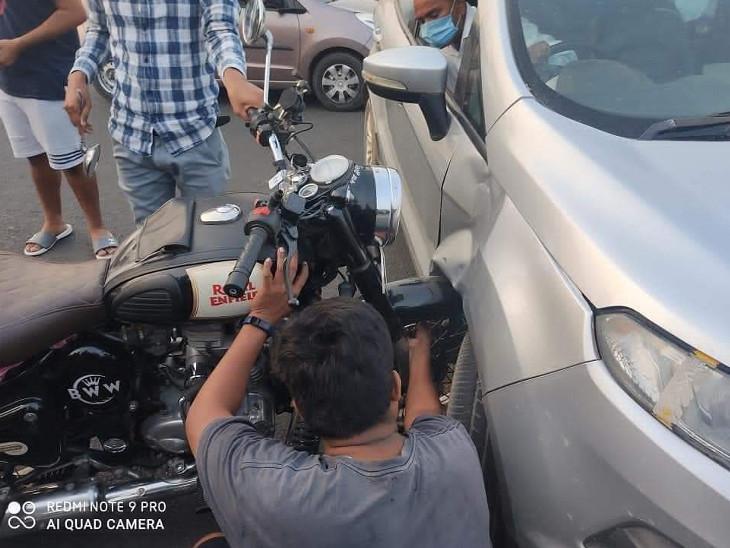 જ રોડ પર અકસ્માત, કારમાં બાઈકનું ટાયર ફસાઈ ગયું ગાંધીનગર,Gandhinagar - Divya Bhaskar