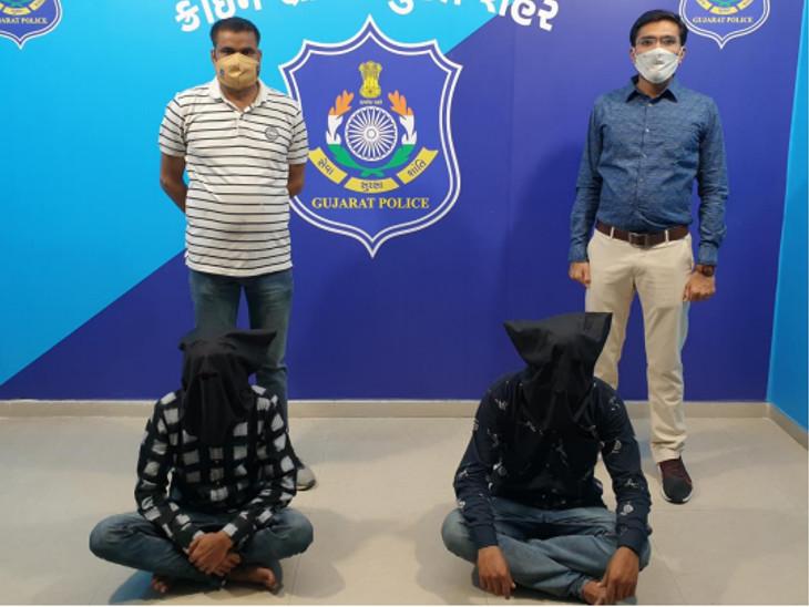 બંને આરોપીઓની 1.10 લાખના મુદ્દામાલ સાથે ધરપકડ કરવામાં આવી. - Divya Bhaskar
