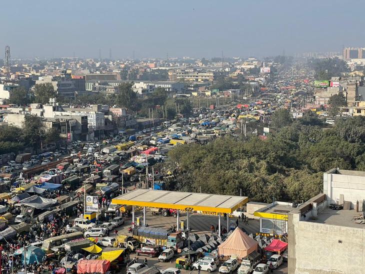 દિલ્હીના સિંધુ બોર્ડર પર ખેડૂતોએ રસ્તા પર નાખેલો પડાવ