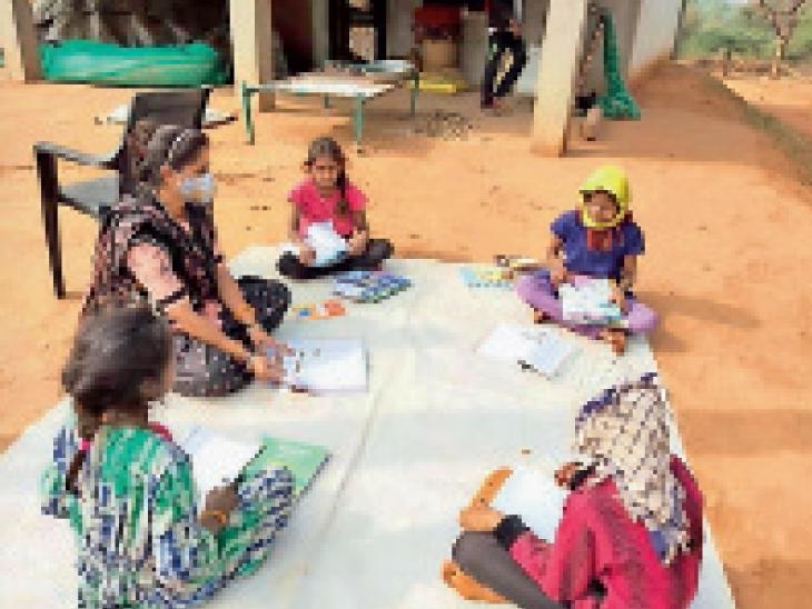 સાકરીયા પ્રા.શાળાના શિક્ષકો ટીવી-મોબાઇલ વિનાના બાળકોને ઘરે જઇ અભ્યાસ કરાવે છે|મોડાસા (અરવલ્લી),Modasa (Aravalli) - Divya Bhaskar
