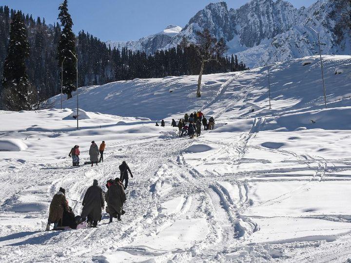કાશ્મીરમાં તાપમાન માઇનસ થઈ ગયું છે. સોનમર્ગમાં લોકો બરફથી ઢંકાયેલા રસ્તાઓ પરથી પસાર થઈ રહ્યા છે. - Divya Bhaskar