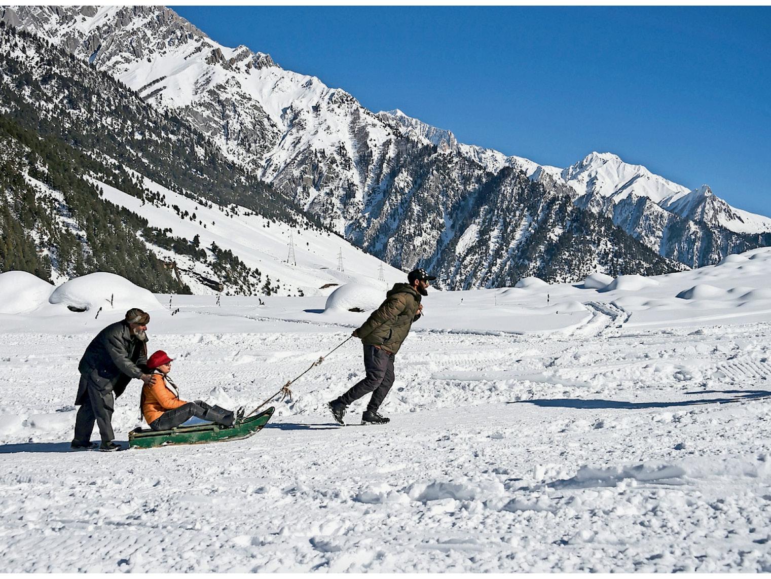 ફોટો કાશ્મીરના સોનમર્ગનો છે. પ્રવાસીઓ બરફ પર સ્લેજ રાઇડિંગ કરી રહ્યા છે.