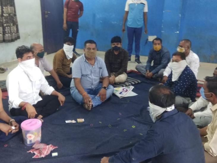 સુરતના રાંદેર વિસ્તારમાં ધમધમતા જુગારધામ પર વિજિલન્સ ટીમના દરોડા, ભરબપોરે મોટી સંખ્યામાં જુગારીઓ પકડાયા, સ્થાનિક પોલીસની કામગીરી સામે સવાલો ઉભા થયા સુરત,Surat - Divya Bhaskar