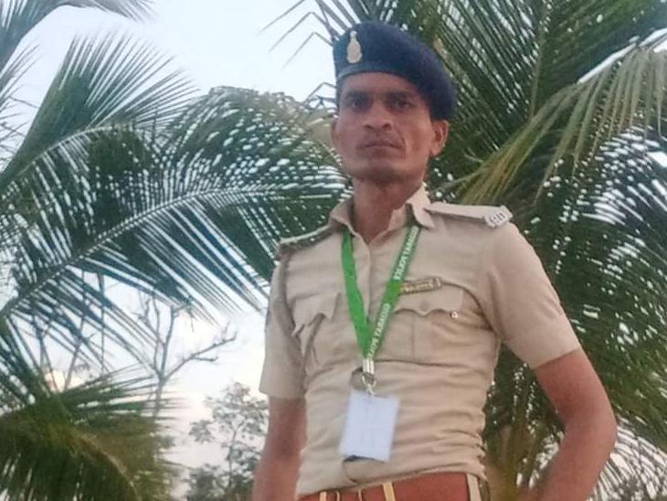 ફોન પર કહ્યું કે 'મારૂં મોઢું છેલ્લી વાર જોવું હોય તો આવી જા' મિત્ર સ્થળે પહોંચ્યા તો પોલીસ જવાન વૃક્ષ પર લટકતો મળ્યો|મહુવા,Mahuva - Divya Bhaskar