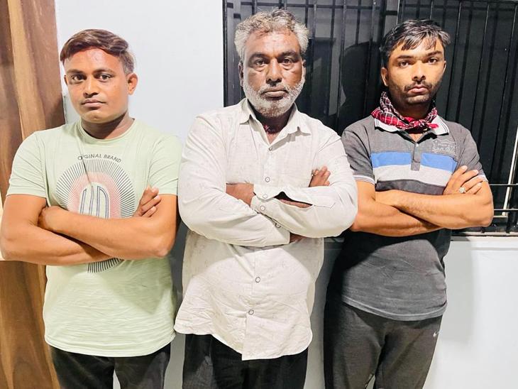 આજી ડેમ ચોકડી નજીક રામપાર્ક પાસેથી ક્રાઇમ બ્રાંચે 500ની રદ થયેલી 36 લાખની નોટ સાથે 3 લોકોને ઝડપ્યાં|રાજકોટ,Rajkot - Divya Bhaskar