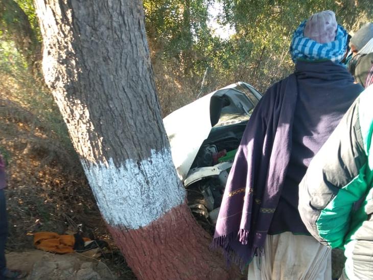 બાઇક સાથે અથડાયા બાદ કાર ઝાડ સાથે અથડાઈ હતી.
