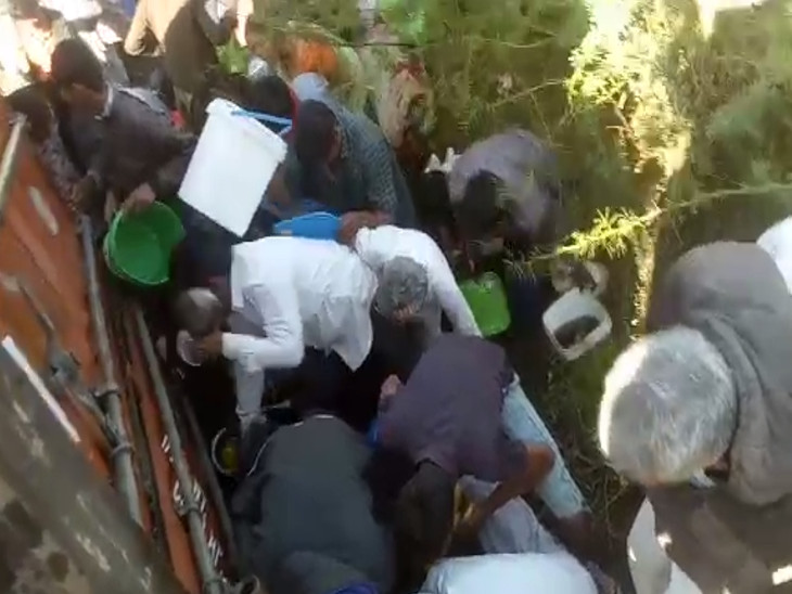 રાજુલાના ધુડિયા આગરિયા નજીક ટેન્કરચાલકે કાબૂ ગુમાવતાં સીંગતેલ ભરેલું ટેન્કર પલટી મારી ગયું, લોકોએ ડોલ-ડબલા ભરી તેલની લૂંટ ચલાવી|અમરેલી,Amreli - Divya Bhaskar