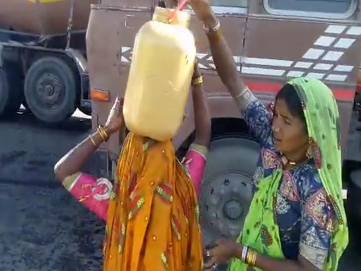 મહિલાઓએ કેરબામાં તેલ ભર્યું.