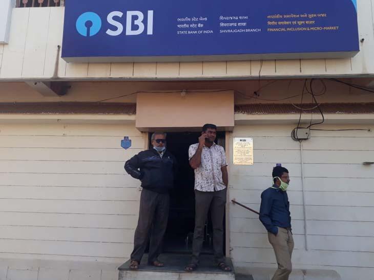 શિવરાજગઢની SBIમાં શોર્ટ સર્કિટથી આગ ભભૂકી|ગોંડલ,Gondal - Divya Bhaskar