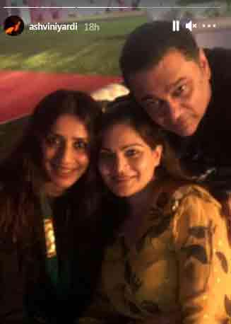અલવિરા ખાન (વચ્ચે) મિત્રો સાથે