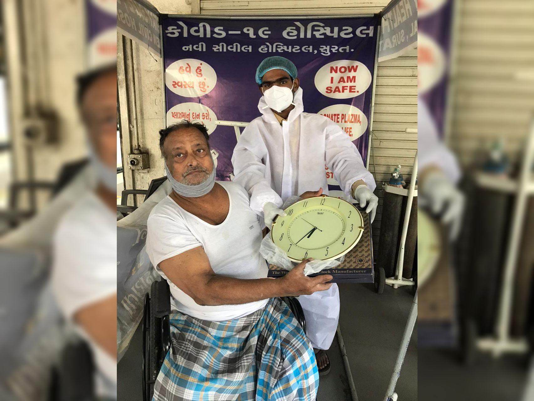 કોરોના દર્દી સાજા થતાં સિવિલને ઘડિયાળ આપી કેમકે તેમણે સૌથી ખરાબ સમય જોયો સુરત,Surat - Divya Bhaskar