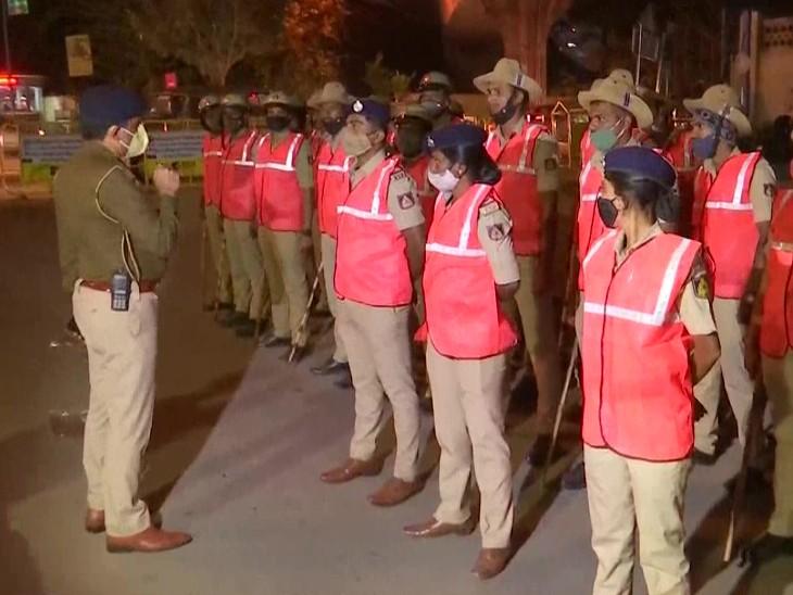 બેંગલુરુમાં કલમ 144 લાગુ છે. મોટી સંખ્યામાં પોલીસ દળ શહેરના અલગ અલગ વિસ્તારમાં તહેનાત છે.