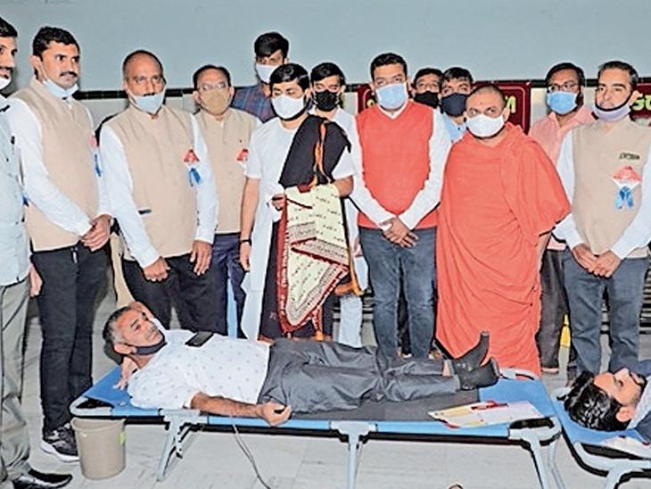 સ્વનિર્ભર શાળા સંચાલક મંડળ આયોજિત રક્તદાન કેમ્પમાં 676 યુનિટ રક્ત એકત્રિત|રાજકોટ,Rajkot - Divya Bhaskar
