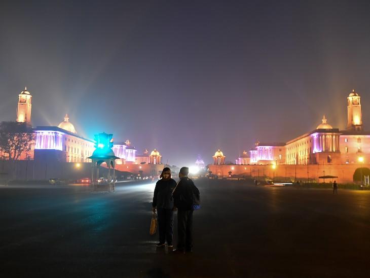 ફોટો દિલ્હીના રાયસિના હિલ્સનો છે. અહીં નવા વર્ષનું સ્વાગત કરવા માટે રાષ્ટ્રપતિ ભવનથી લઈને સંસદ ભવનને શણગારવામાં આવ્યું છે.