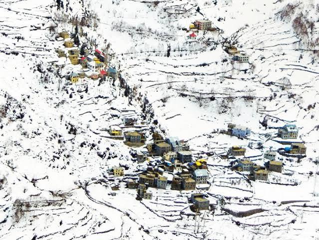 ફોટો હિમાચલના લાહૌલ સ્પીતિના કારધાંગ ગામનો છે. અહીં ભારે બરફવર્ષાથી પ્રવાસીઓ ખુશ છે, પરંતુ મૂળભૂત સુવિધાના અભાવે સ્થાનિકો પરેશાન છે. - Divya Bhaskar