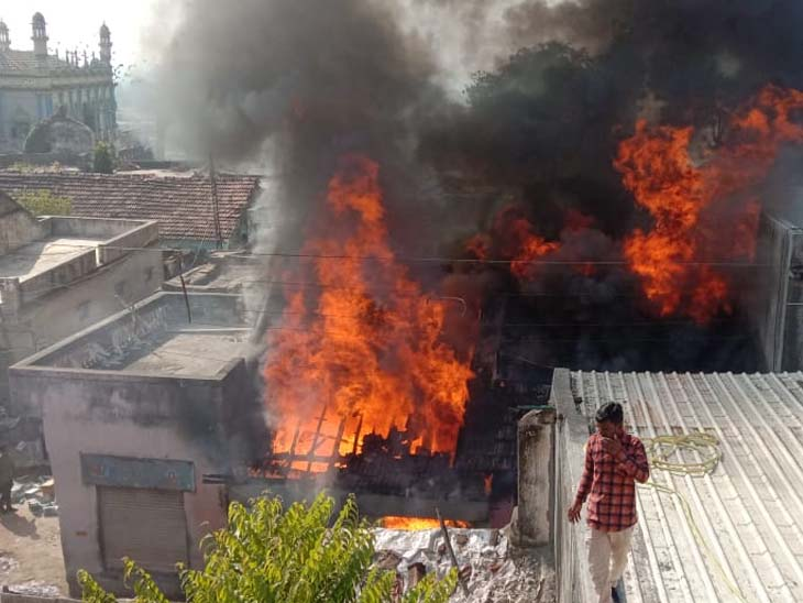 વાસાવડની દુકાનમાં શોર્ટ સર્કિટથી આગ ભભૂકી, માલ બળીને ખાખ|ગોંડલ,Gondal - Divya Bhaskar