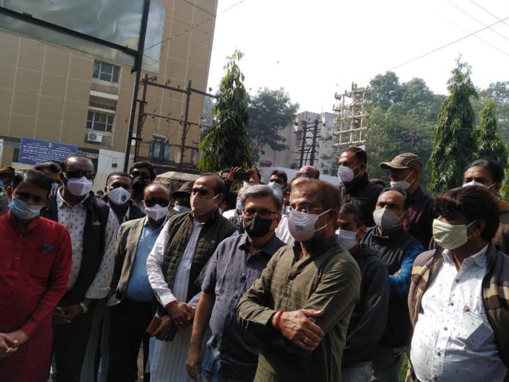 રાજકોટમાં કોંગી નેતાઓ SP ઓફિસ પહોંચ્યા, કહ્યું કોંગ્રેસને સભાની પરવાનગી નથી આપતા અને ભાજપ સભાઓ યોજી નિયમોનો ભંગ કરે છે, ભાજપ વિરુદ્ધ કાર્યવાહી કરવા માંગ રાજકોટ,Rajkot - Divya Bhaskar