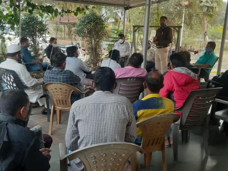 કામરેજના અંતરોલીમાં 'ના કર' સમિતિના સભ્યોની બેઠક મળી, કાયદામાં સ્થાનિકોને મળતા હક્ક અંગે માર્ગદર્શન અપાયું|સુરત,Surat - Divya Bhaskar