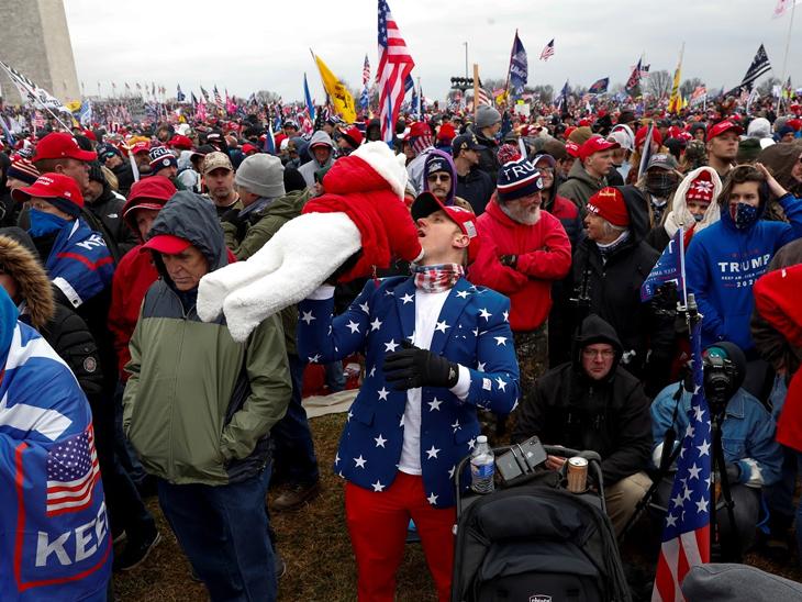કેપિટલ હિલ બિલ્ડિંગની બહાર ભેગા થયેલા સમર્થકો. તેમણે રિપબ્લિકન પાર્ટીના ઝંડાના કલરનો ડ્રેસ પહેર્યો હતો.