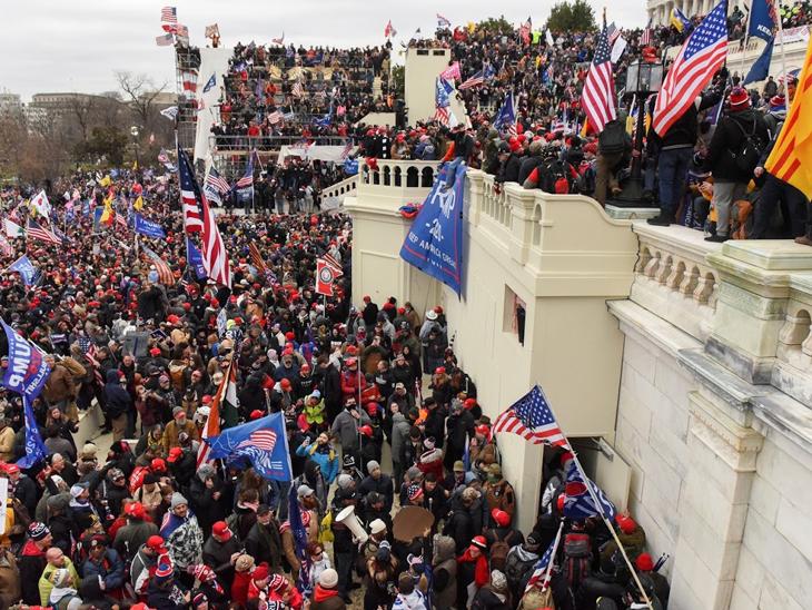 આ અમેરિકન સંસદભવન છે, એટલે કે કોંગ્રેસ બિલ્ડિંગ. આ બિલ્ડિંગને યુએસ કેપિટલ કહેવામાં આવે છે. અહીં હજારો સમર્થકો પહોંચી ગયા છે.