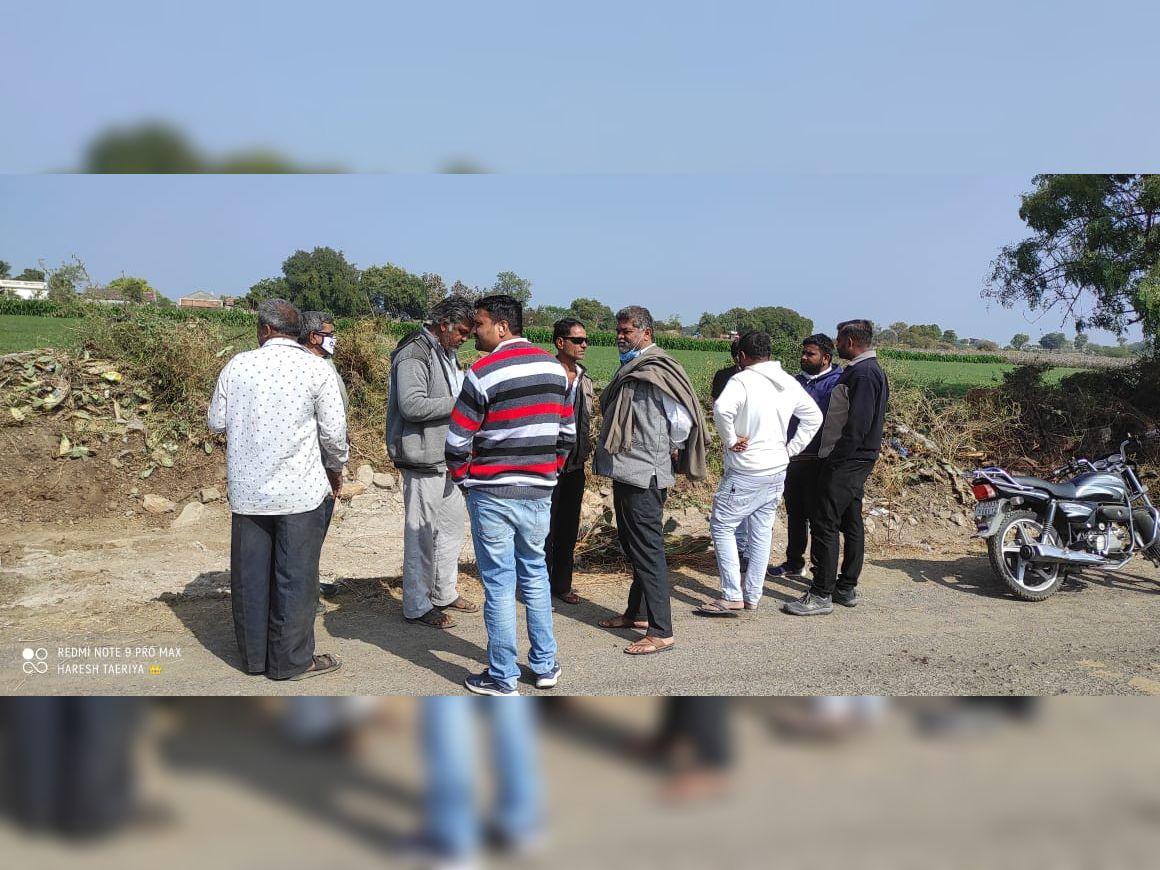 જસદણમાં ગટર નાખવા કોન્ટ્રાક્ટરે મંજૂરી વગર સિંચાઈની કેનાલ તોડી, ખેડૂતો વિફર્યાં જસદણ,Jasdan - Divya Bhaskar