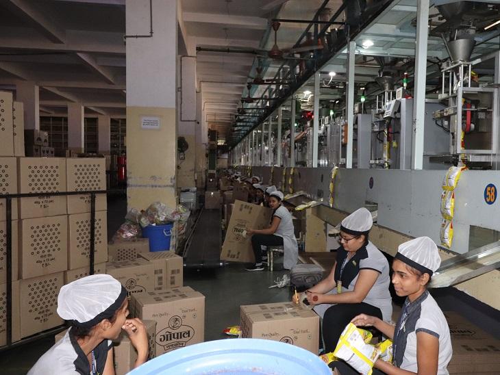 ગોપાલ નમકીનના રાજકોટ પ્લાન્ટમાં કામ કરતી મહિલા કર્મચારીઓ.