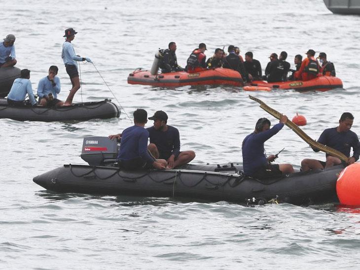 મરજીવાઓને જાવાના સમુદ્રમાં પ્લેનનો કાટમાળ તથા કેટલાક બોડી પાર્ટ્સ મળી આવ્યા વર્લ્ડ,International - Divya Bhaskar