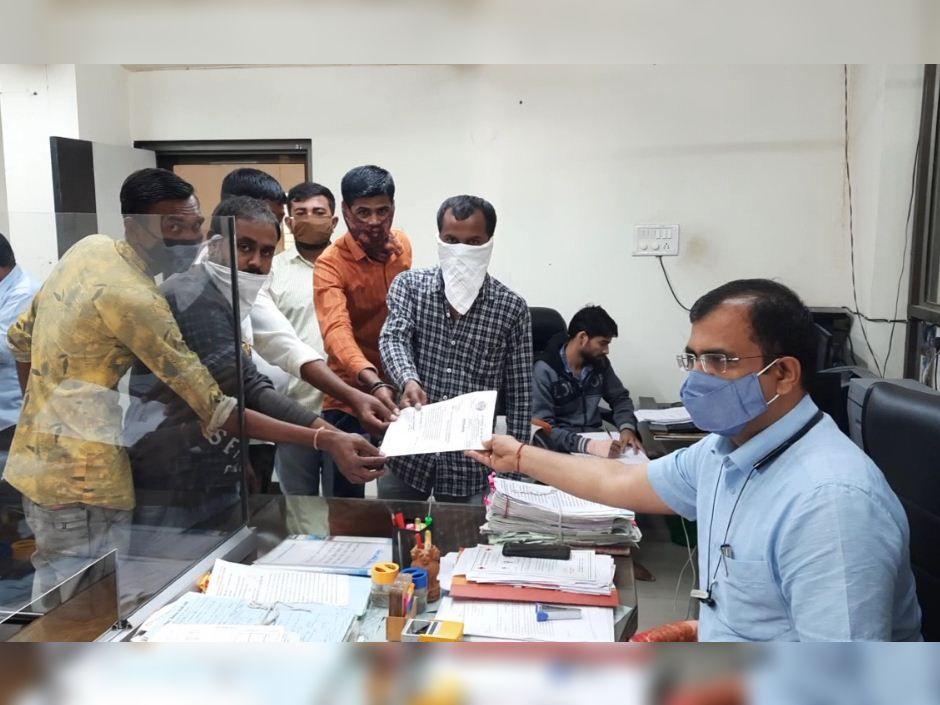 લવ જેહાદ અને ધર્માંતરણની પ્રવૃતિ રોકવા કાયદો બનાવવા રજૂઆત કરી, વિરમગામ રાજપૂત કરણી સેનાએ નાયબ કલેકટરને આવેદન આપ્યું|વિરમગામ,Viramgam - Divya Bhaskar
